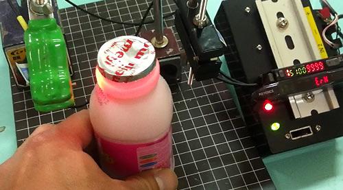瓶の中の液体量をチェックする